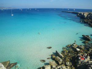 Wer an Sizilien denkt, denkt auch an kristallblaues Wasser und weiße Strände. - Foto: Pantaleo