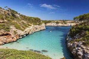 Kristallklares Wasser und eine einzigartige Natur: Die Caló des Moro ist die beliebteste Bucht Mallorcas – das sehen auch die Einheimischen so. - Foto: Urlaubsguru/iStock/zstockphotos