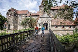 Vorbei an Kulturdenkmälern wie dem Wenzelschloss in Lauf an der Pegnitz führt die Route des Fünf-Flüsse-Radwegs. - Foto: Nürnberger Land Tourismus / Florian Trykowski