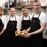 Dorte Amelung, Frank Hansen und die Inhaber des Lokals, Sune Axelsen und Jesper Kock (von links), präsentieren die Bestandteile einer typischen südjütländischen Kaffeetafel
