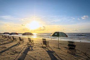 Stühle statt Liegen - die Nehrung von South Padre Island gilt als der längste naturbelassene Küstenabschnitt der Vereinigten Staaten. - Foto: Galveston Island CBV
