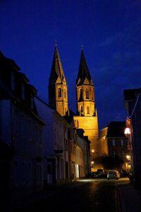 Die Marienkirche von Heiligenstadt erstrahlt in der Nacht in hellem Glanz. – Foto: Thüringen Tourismus GmbH / Joachim Negwer