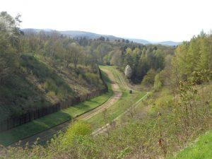 In unmittelbarer Nähe des Grenzmuseums Schifflersgrund in Bad Sooden-Allendorf ist diese im Original erhaltene Sperranlage in einer Länge von 1,5 Kilometern, einem Grenzzaun, der 3,20 Meter hoch ist, sowie einem sechs Meter breiten Spurensicherungsstreifen zu sehen. – Foto: Dieter Warnick
