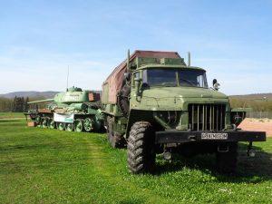 Millitärische Fahrzeuge aller Art sind im Grenzmuseum Schifflersgrund zu sehen, wie dieser Panzer und der sowjetische Lastkraftwagen Ural. – Foto: Dieter Warnick