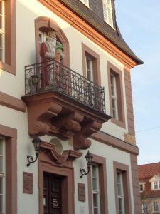 Das Heilbad Heiligenstadt zeigt ihre Schönheit, ganz gleich, aus welcher Richtung man sich ihr nähert. Hier das Rathaus mit dem Möhrenkönig, um den sich eine peinliche Sage rankt. – Foto: Dieter Warnick