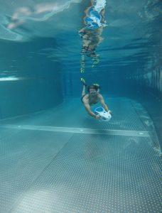 Die Tauchlehrer im Tropical Islands Resort zeigen, wie es geht: Die neuen Wasserscooter gleiten mit 4 km/h durch das Wasser und ermöglichen kurze Tauchgänge. – Foto: Tropical Islands