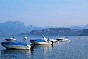 Der Gardasee eignet sich perfekt für einen Urlaub, bei dem das Boot im Mittelpunkt steht. Foto: momentsinmotion | pixabay.com (CC0)
