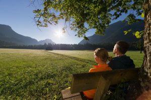 Innehalten im Naturpark Ammergauer Alpen. – Foto: Ammergauer Alpen GmbH / Anton Brey