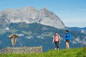 Zwei Wanderer auf dem KAT Walk, im Hintergrund der Wilde Kaiser. - Foto: Franz Gerdl