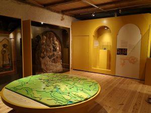 Blick in einen Ausstellungsraum der Sonderausstellung. – Foto: Andrea Knopik