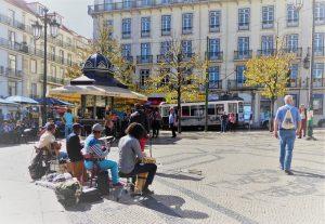 Die Straßenbahn 28 E fährt durch die beliebten Touristenviertel Lissabons und ist deshalb ein Muss für jeden Besucher. Wie sich die gelbe Tram knatternd ihren Weg durch die engen Straßen bahnt, muss man erleben.
