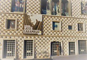 In der Casa dos Bicos residiert die José Saramago Stiftung, die von dem Schriftsteller und Nobelpreisträger José de Sousa Saramago (1922-2010) ins Leben gerufen wurde und die der Förderung der Kultur in Portugal dient.