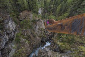 Der Plima-Schluchtenweg im Südtiroler Martelltal beeindruckt durch kunstvoll gefertigte Aussichtsmöglichkeiten hinab in die Schlucht des Flusses Plima. – Foto: IDM Südtirol / Frieder Blickle