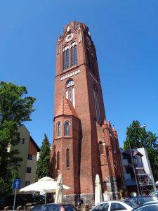 Nur der Turm erinnert an die im März 1945 nach einem Bombenangriff nahezu völlig zerstörte Martin-Luther-Kirche. Im Inneren befindet sich das Café Wieza (Café Turm). Man kann den Turm auch besteigen. Von oben hat man einen schönen Blick über Swinemünde, aber auch über die Grenzen der Stadt hinaus. - Foto: Dieter Warnick