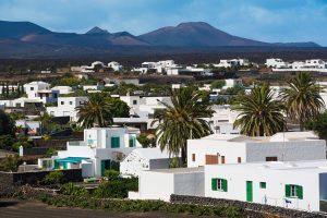 Malerisch liegt das Dorf Yaiza zwischen der Bergkette Los Ajaches und den Vulkanen des Timanfaya-Gebirges auf Lanzarote. – Foto: Turismo Lanzarote / Andreas Weibel