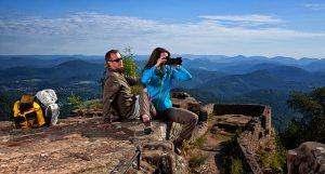 Herrliche Aussichten gibt es auf der Wegelnburg mit Blick nach Frankreich. – Foto: WANDERarena Pfälzerwald-Nordvogesen / H. Kröher