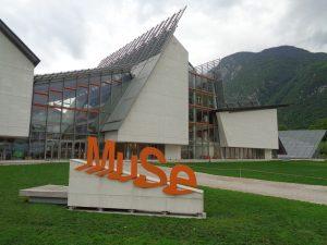 Das vom Architekten Renzo Piano entworfene Gebäude verleiht dem Museum einen besonderen Mehrwert: Das Gebäudeprofil spiegelt die Umrisse der umliegenden Berge wider. – Foto: Dieter Warnick