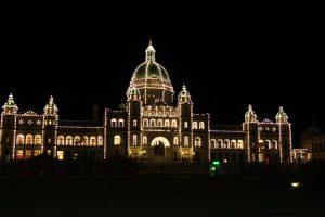 Dar Parlamentsgebäude von Victoria wird nachts ganz besonders beleuchtet.