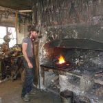Das Feuer, mit dem geschmiedet wird, kann bis zu 1000 Grad heiß werden. - Foto: Dieter Warnick