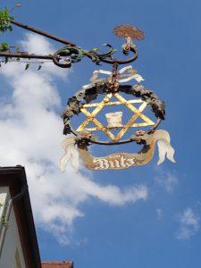 Rothenburg I: Der sechszackige Brauereinstern im Aushängeschild des Gasthofes Butz hat nichts mit dem Judenstern zu tun. Ein solches Hexagramm ist das Zunftzeichen der Brauer und Mälzer. Als jüdisches Symbol wurde der Davidstern erst im 16. Jahrhundert verwendet. - Foto: Dieter Warnick