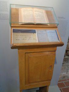 Creglingen I: Im jüdischen Museum ist dieses Pult von Hermann Stern zu sehen. Stern war das erste Todesopfer des Creglinger Pogroms. - Foto: Dieter Warnick