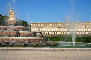 Schloss Herrenchiemsee war das letzte Bauprojekt, das Ludwig II. in Angriff nahm. Es verfügt über 70 Räume, von denen allerdings 50 nicht fertiggestellt wurden und nach wie vor im Rohbau sind. - Chiemsee-Alpenland Tourismus