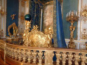 """Das Bett der Majestät, natürlich mit Baldachin. In der blauen Glaskugel brannten drei Kerzen, die den Raum bei Dunkelheit mystisch aussehen ließ. Der """"Kini"""" hatte den Eindruck, der Mond würde scheinen. - Foto: Dieter Warnick"""