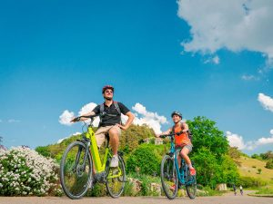 Radfahrer bei Hagenacker. – Foto: Naturpark Altmühltal / Dietmar Denger