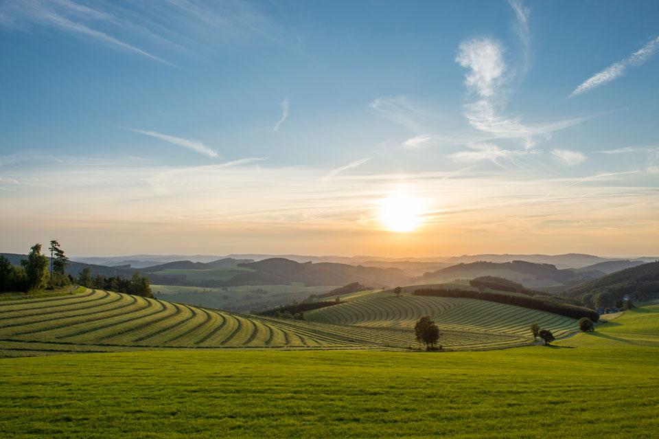 Bei dieser Aussicht ist es kaum zu glauben, dass sich über 120 Dörfer und Weiler in klimatisch günstiger und aussichtsreicher Lage und Höhe sanft an die Hänge im Schmallenberger Sauerland schmiegen. – Foto: Tourismus Schmallenberger Sauerland / Klaus-Peter Kappest
