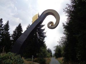 Dieser mächtige Krummstab, der einen Bischofsstab symbolisieren soll, gehört zu elf Kunstwerken, die Wanderer auf dem Waldskulpturenweg Wittgenstein-Sauerland vorfinden. – Foto: Dieter Warnick