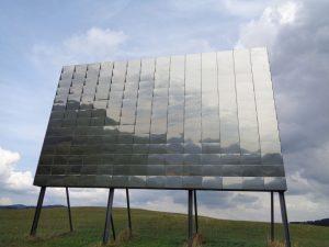 """Ein weiteres Kunstwerk auf dem Waldskulpturenweg ist """"Blinker II"""" von Ulrich Timm. Es ist eine lichtkinetische Skulptur bestehend aus 196 Spiegeln. – Foto: Dieter Warnick"""