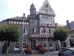 : Dieses Haus in der Weststraße vereint alle Merkmale der Schmallenberger Architektur: fünf Achsen, das heißt fünf Fensterreihen, Schieferfront und Schieferdach sowie reichlich Fachwerk. – Foto: Dieter Warnick