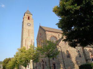 Die Pfarrkirche St. Alexander in Schmallenberg stammt aus dem 13. Jahrhundert. Nachdem der Kirchturm im Jahr 1905 abgerissen wurde, musste dieser 1996 nach Feuchtigkeitsproblemen erneut beseitigt werden. In den darauffolgenden Jahren entstand ein mächtiger, alleinstehender Turm (Campanile), der bald als ein architektonisches Meisterwerk und Wahrzeichen der Stadt gelobt wurde. – Foto: Dieter Warnick