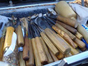 Ein Blick in Heinz A. Theobalds Werkzeugkasten verdeutlicht, dass so viele verschiedene Schnitzmesser gar nicht benötigt werden wie angenommen. Die meisten unterscheiden sich in der Breite und der Schneideform. - Foto: Dieter Warnick
