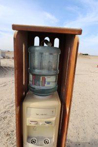 Plastikmüll vermeiden: Im Camp sind an vielen Stellen Wasserspender aufgestellt, hier können sich die Gäste gratis bedienen – und ihre einmal gekaufte Wasserflasche immer wieder benutzen.