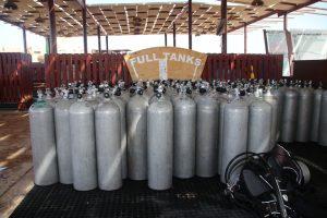 Tauchen am Hausriff: Volle Tanks stehen jederzeit für die Taucher bereit.