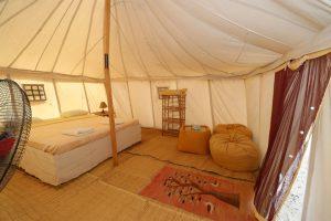 """Heute verfügt Marsa Shagra über 30 """"normale"""" Zelte, jeweils rund zehn Quadratmeter groß, und 30 Royal Tents, die etwa 20 Quadratmeter groß und mit Kühlschrank und Ventilator ausgestattet sind. Für diejenigen, die feste Wände bevorzugen, gibt es Hütten und die komfortablen Chalets."""