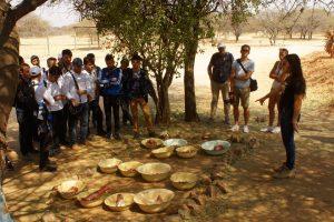 Eine CCF-Volontärin erklärt Besuchern, wie und mit welchem Fleisch Geparden gefüttert werden.