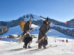"""Große Urlauber freuen sich über die Berge, die Jüngeren begegnen ab und an sogar """"echten"""" Hexen auf der Piste. – Foto: TVB Wilder Kaiser / Reiter / von Felbert"""