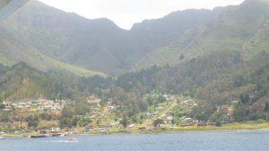 Ein Tsunami forderte 2010 mehrere Menschenleben und zerstörte fast alle Gebäude an der Küste der Robinson Crusoe Insel. Am Hang wurden die Häuser neu errichtet.