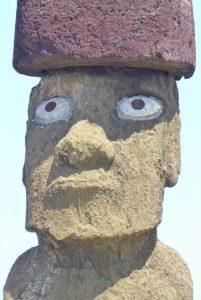 Ein Moai. Um 1100 n. Chr. begannen die Bewohner der Osterinsel (3530 Kilometer vor der chilenischen Küste) mit dem Bau von Zeremonialplattformen und steinernen Statuen (Moai).