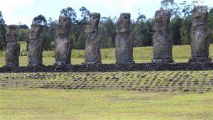 Eine Zeremonialplattform mit sieben Moai, die Häuptlinge oder verehrte Ahnen als Bindeglied zwischen diesseitiger und jenseitiger Welt darstellen.
