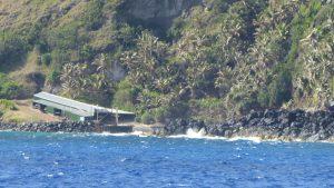 Bounty Bay mit Bootsschuppen und der einzigen Landestelle auf Pitcairn, der letzten britischen Kolonie im Pazifik. Die Einwohner der Insel sind zum Teil Nachfahren der Meuterer von der Bounty und ihrer polynesischen Frauen.