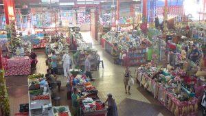 In der Markthalle von Papeete werden im Erdgeschoss Nahrungsmittel für die Einheimischen angeboten und in der ersten Etage Tahitiperlen und Souvenirs für die Touristen.