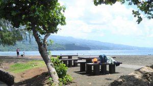 Tahiti hat nur wenige natürliche Strände, die überwiegend aus schwarzem, Basalt-Sand bestehen. Weiße Strände sind in der Regel künstlich angelegt.