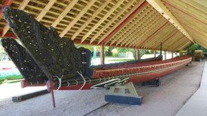 Ein kunstvoll hergestelltes Boot der Maori, deren Vorfahren, vermutlich im 13. Jahrhundert von Polynesien kommend, Neuseeland besiedelten.