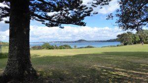 """Blick vom One Tree Hill auf """"Eine junge Schönheit mit 100 Liebhabern"""" (Tāmaki Makaurau) wie Auckland in der Maori-Sprache genannt wird."""