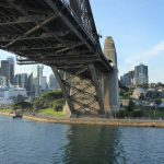 Blick von unten auf die Harbour Bridge, die eine Verbindung zwischen Sydneys Nord- und Südküste ist.