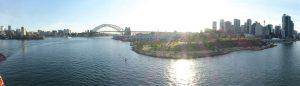 """Sydneys Skyline mit der Harbour Bridge, von Einheimischen """"coat hanger"""" (Kleiderbügel) genannt."""
