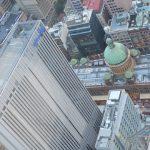 Das Queen Victoria Building (mit Kuppel) vom höchsten Gebäude Sydneys, dem 305 Meter hohen Sydney Tower, gesehen.